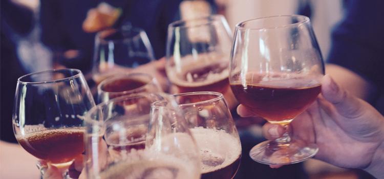 お酒が弱い人は、お酒が強い人に幻想をいだきます。お酒が強くなれば…僕の場合は女にモテる!という幻想でした。実際にお酒が飲めるようになって女性経験の数はグンと跳ね上がりました。でもそれは、お酒が強くなったからではなく…
